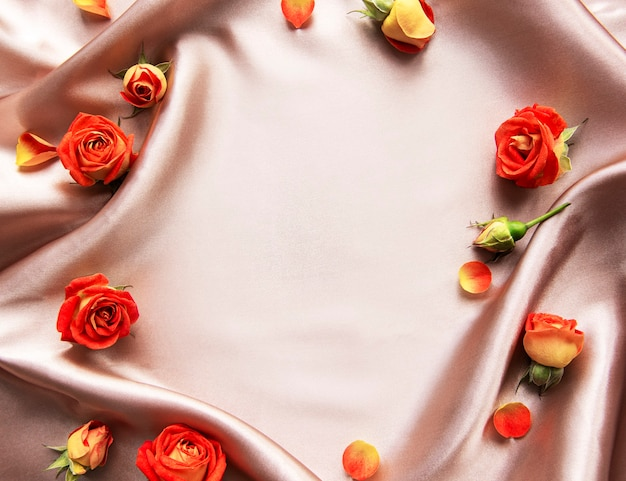 Blumenkomposition rahmen aus roten rosen und blättern