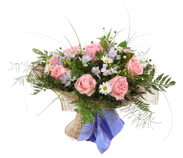 Blumenkomposition, strauß weißer gänseblümchen und rosa rosen. blumenarrangement, strauß weißer gänseblümchen und rosa rosen.
