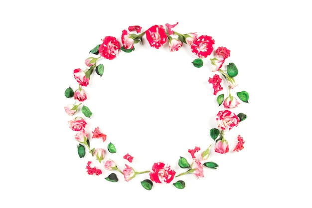 Blumenkompositionskranz aus frischen rosen und getrockneten blumen auf weißem hintergrund