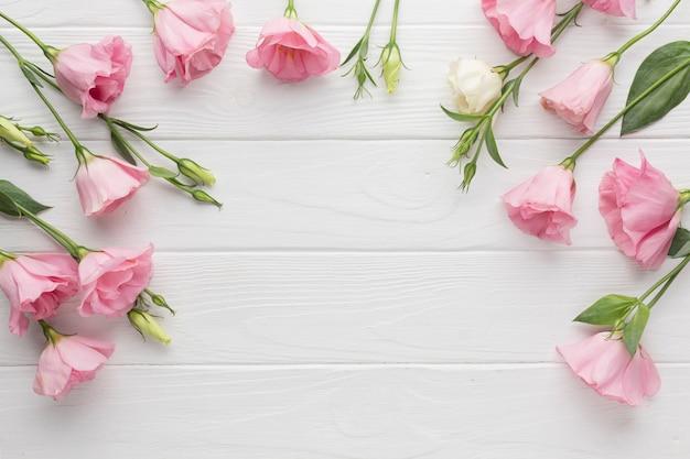 Blumenkopienraumhintergrund mit rosa rosen