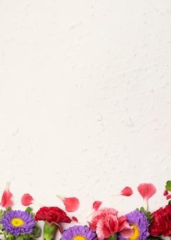Blumenkopienraumhintergrund mit rosen und gänseblümchen