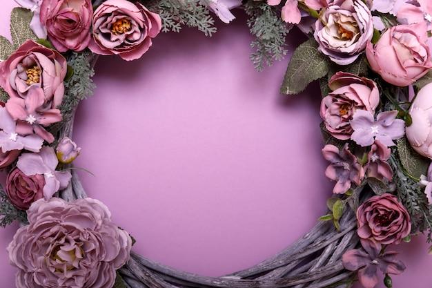Blumenkranz auf rosa oberfläche