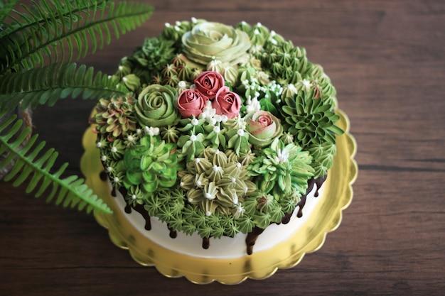 Blumenkuchen für glücklichen geburtstag