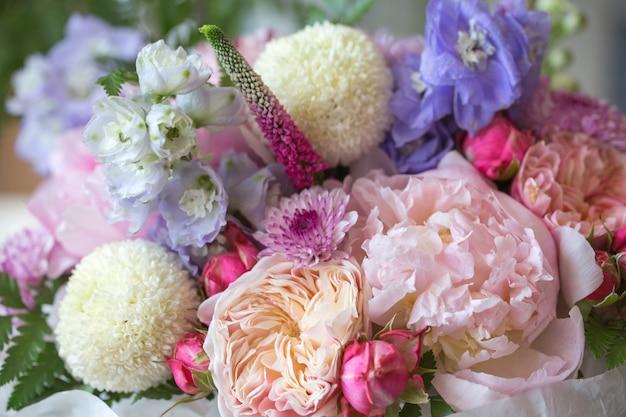 Blumenladen mit schönen blumen des feiertags. blumenstrauß der blumennahaufnahme.