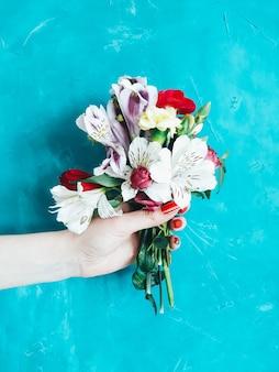Blumenlieferung buntes blumenstraußflora-arrangement