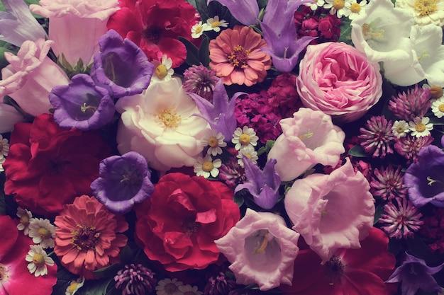 Blumenoberfläche mit pfingstrosen und rosen