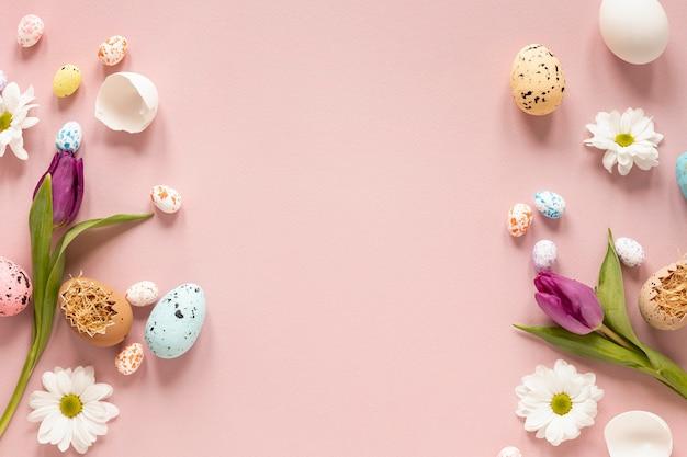 Blumenrabatte und bemalte eier