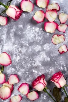 Blumenrahmen: blumenstrauß von rosa weißen rosen auf steinhintergrund