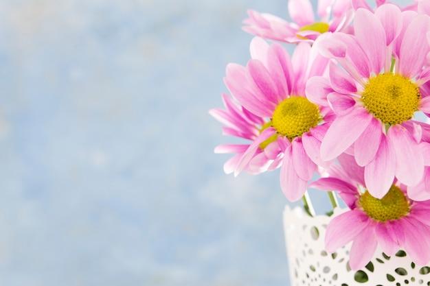 Blumenrahmen mit blumenstrauß und kopierraum