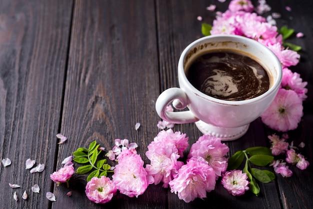 Blumenrahmen mit kaffeetasse