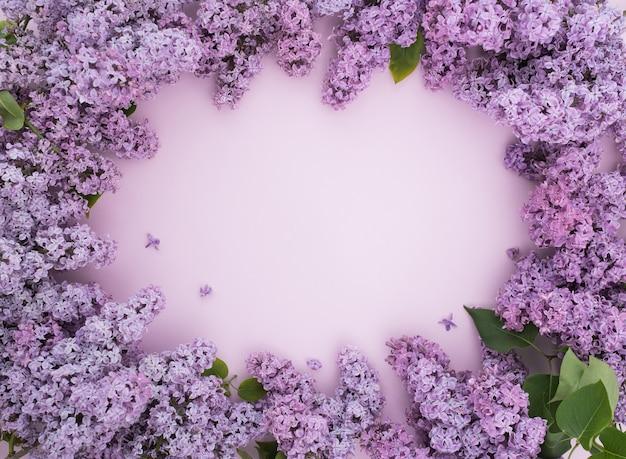 Blumenrahmen mit lila zweigen