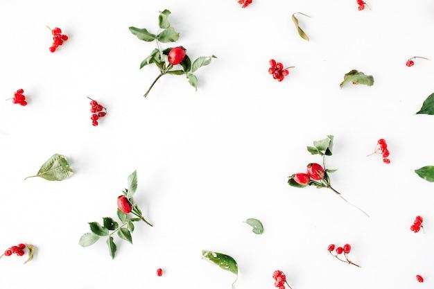 Blumenrahmen mit minimalem kreativem beerenarrangementmuster auf weiß.