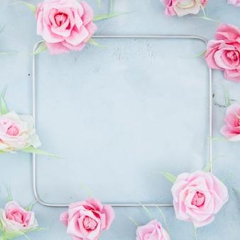 Blumenrahmen mit quadrat auf zementhintergrund