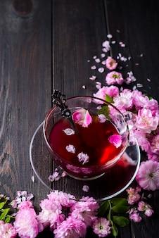 Blumenrahmen mit teetasse