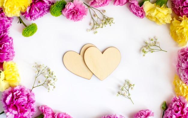 Blumenrahmen mit zwei herzen