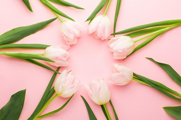 Blumenrahmenhintergrund mit tulpenblumen