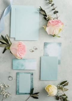 Blumenschmuck und hochzeitskarte auf dem tisch