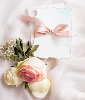 Blumenschmuck und hochzeitskarte