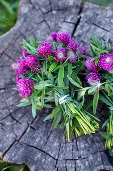 Blumensträuße auf einem holzstumpf