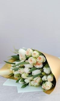 Blumensträuße aus verschiedenen blumen. floristik frühlingshintergrund.