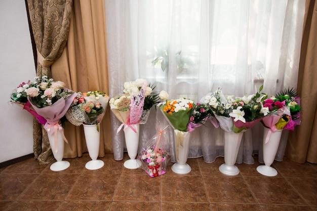 Blumensträuße in vasen bei der hochzeit