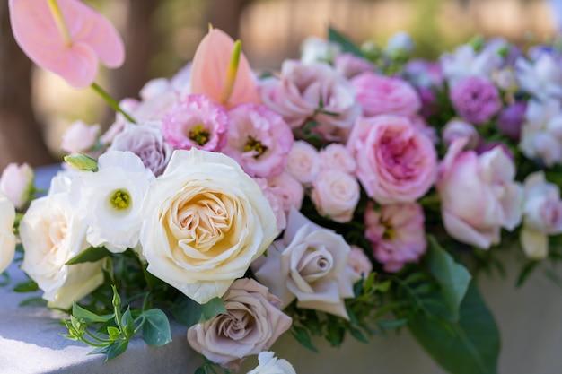 Blumensträuße mit frischen blumen dekoration des festlichen tisches. eine open-air-party feiern. dekor details