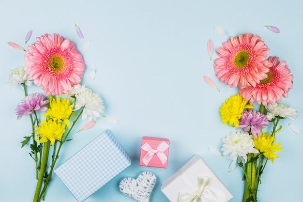 Blumensträuße mit frischen blumen in der nähe von geschenkkartons