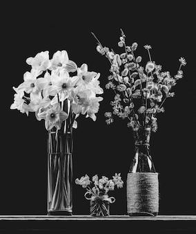 Blumensträuße von blühenden zweigen der weide und des hartriegels in einer vase, in einer narzisse und in einer glockenblume blühen