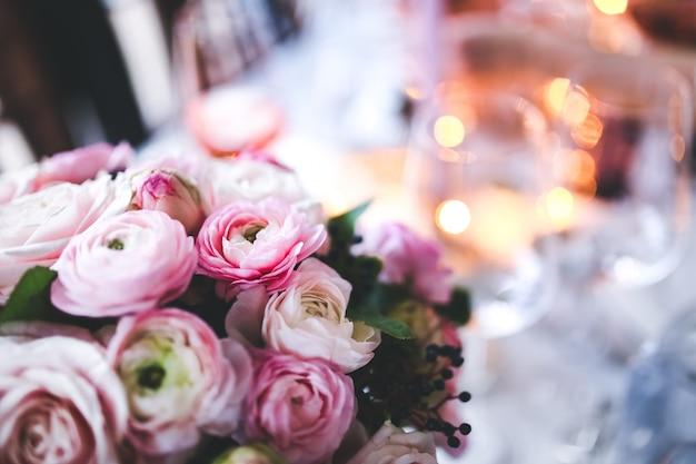 Blumenstrauß auf einem esstisch