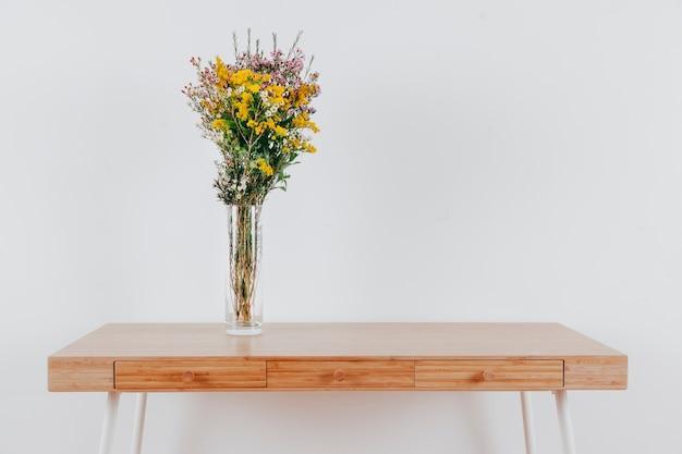 Blumenstrauß auf holztisch
