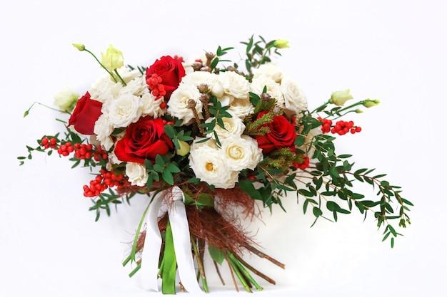 Blumenstrauß auf weißem hintergrund Premium Fotos