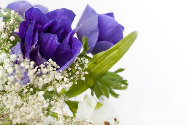 Blumenstrauß aus blauen anemonen