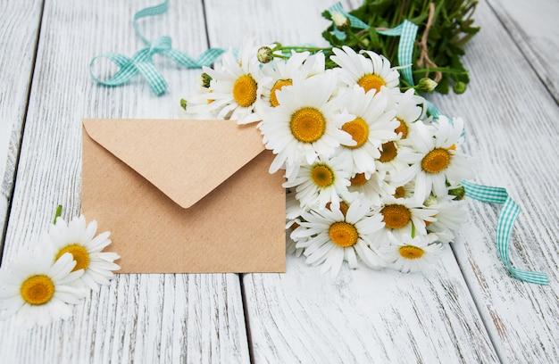Blumenstrauß aus gänseblümchen mit umschlag