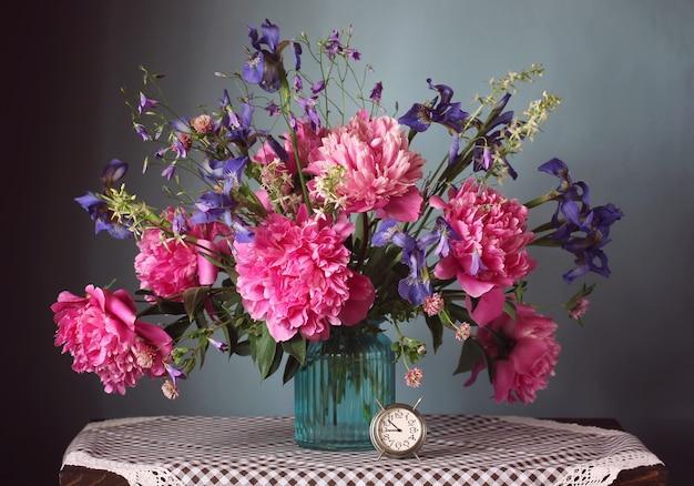 Blumenstrauß aus garten und wilden blumen in einer vase