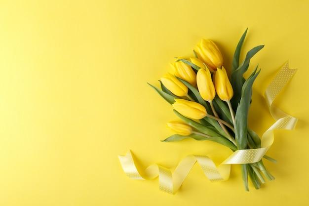 Blumenstrauß aus gelben tulpen