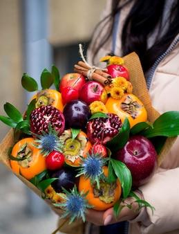Blumenstrauß aus gemischten früchten