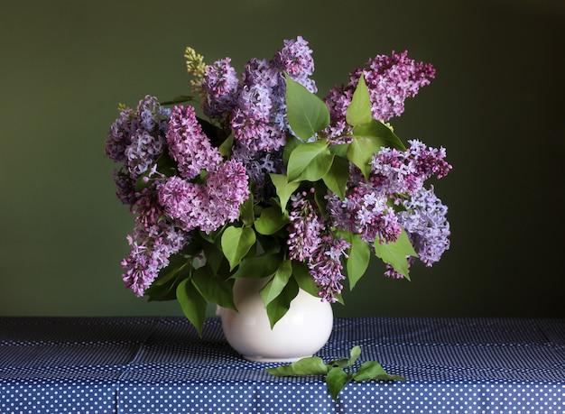 Blumenstrauß aus lila flieder. frühlingsgarten blumen