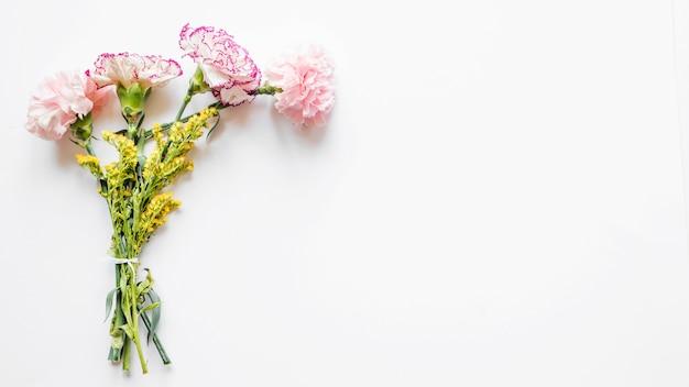 Blumenstrauß aus nelken und gelben blumen