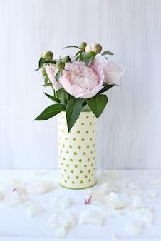 Blumenstrauß aus pfingstrosen in einer vase