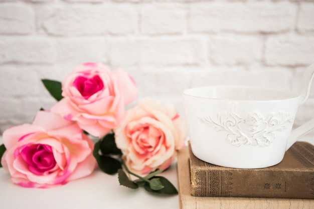 Blumenstrauß aus rosen auf einem weißen schreibtisch