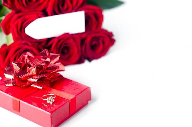 Blumenstrauß aus rosen und geschenkbox