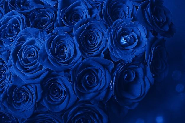 Blumenstrauß aus schönen blauen rosen. trendfarbe klassisch blau. farbe 2020. haupttrend des jahres. valentinstag. selektiver fokus, blaue kreative tönung.