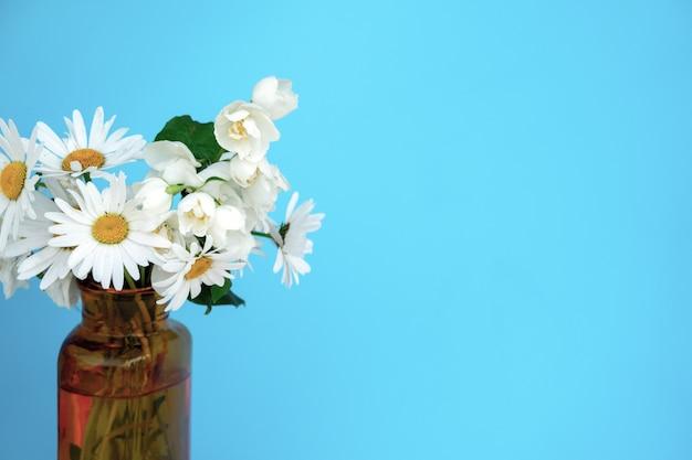 Blumenstrauß aus schönen kamillenblüten auf weißem hintergrund, ansicht von oben