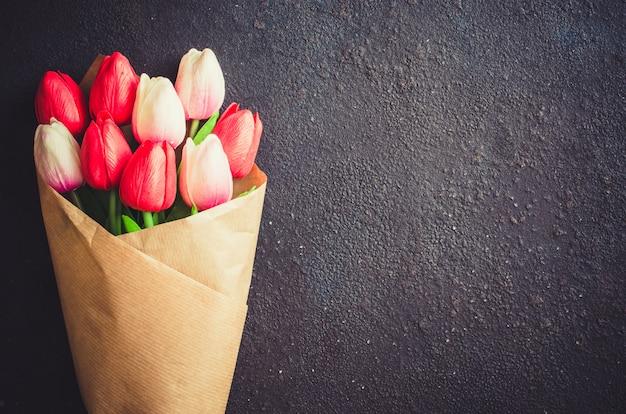 Blumenstrauß aus tulpen auf dunklem hintergrund zum valentinstag