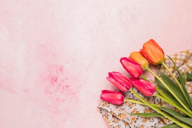 Blumenstrauß aus tulpen auf tüchern
