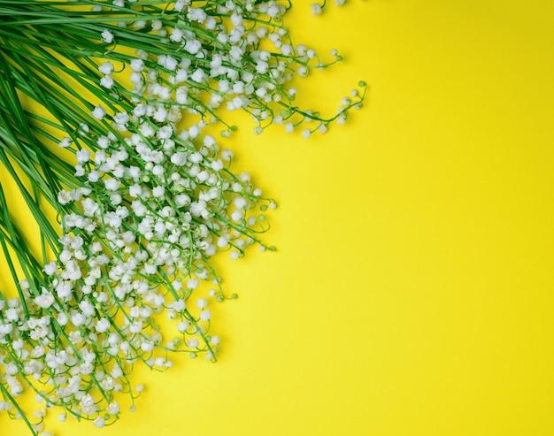 Blumenstrauß aus weiß blühenden maiglöckchen