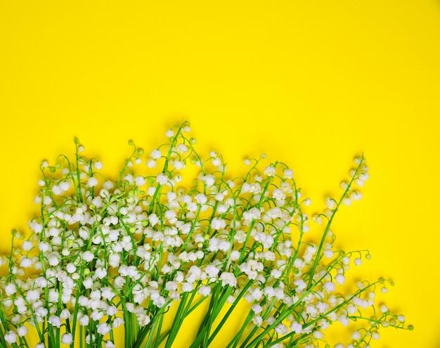 Blumenstrauß aus weißen maiglöckchen