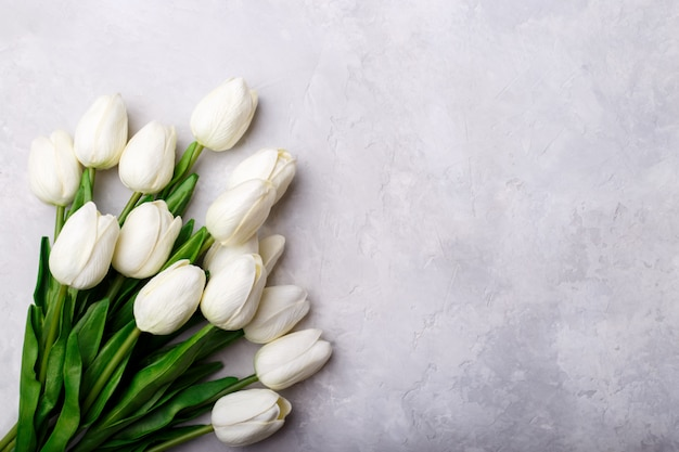 Blumenstrauß aus weißen tulpen