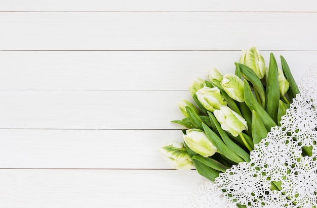Blumenstrauß aus weißen tulpen.