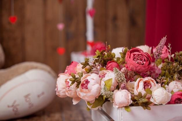 Blumenstrauß blüht den künstlichen hintergrund, atmosphärisch